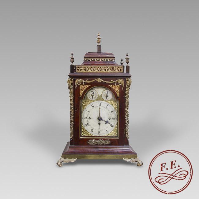 Reloj Bracket inglés en caja de caoba y bronces dorados.